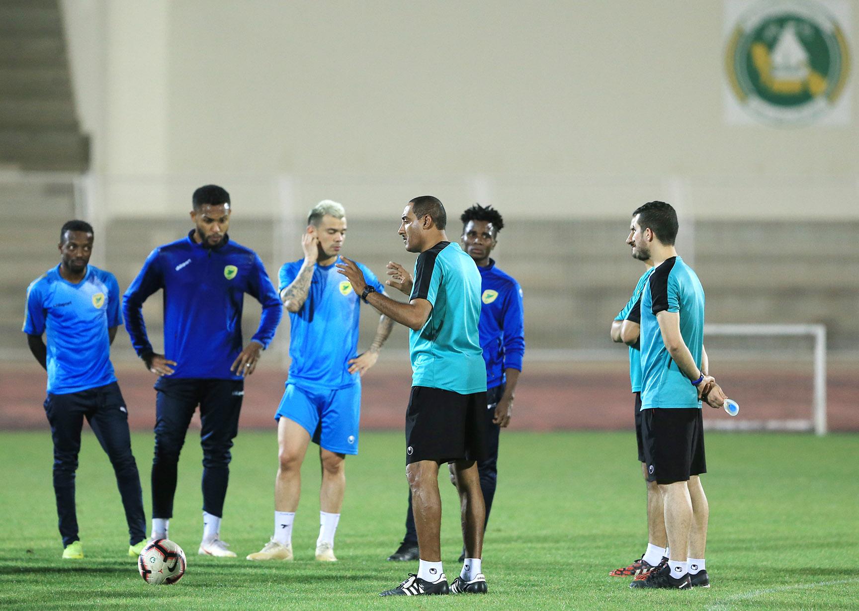 الخليج يجري تدريبه الرئيسي قبل المغادرة للرس لمواجهة مضيفه الحزم ضمن منافسات ذهاب ملحق الصعود لدوري المحترفين