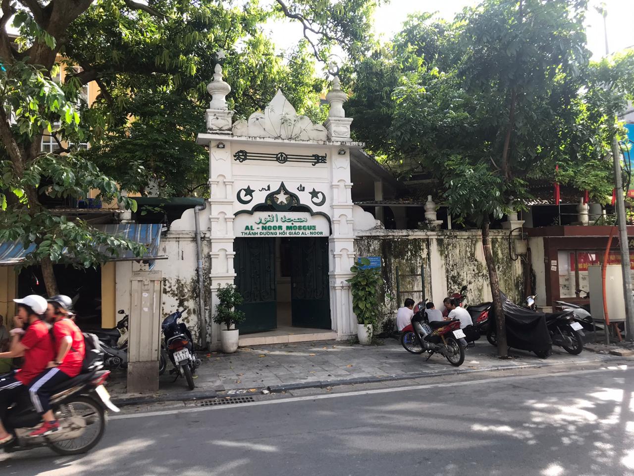 أحد أبرز رواد الدانة ( كمال المعلم ) يتألق بفن الخط والزخرفة في فيتنام
