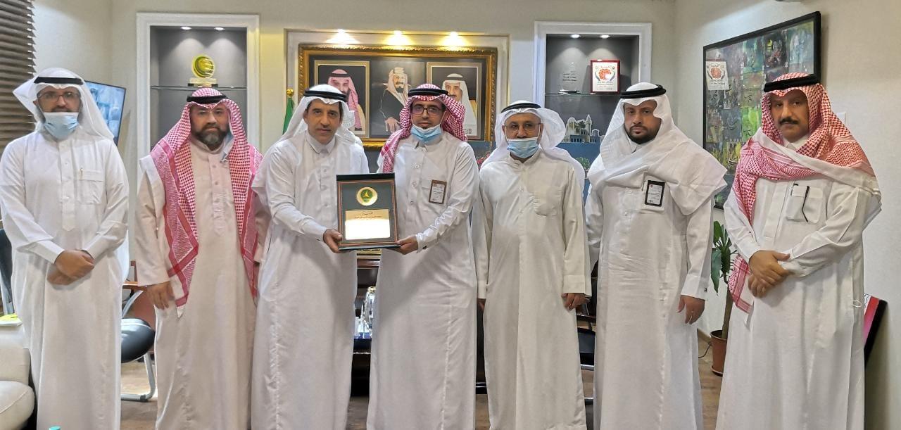 لجنة الموهوبين بنادي الخليج في لقاء مع مدير مكتب تعليم القطيف